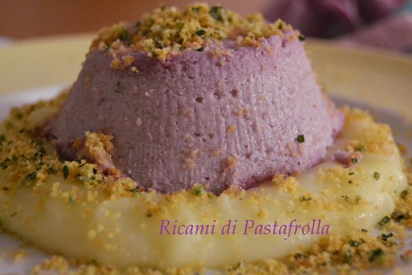 Sformato di cavolo viola con crema di patate e briciole di pane