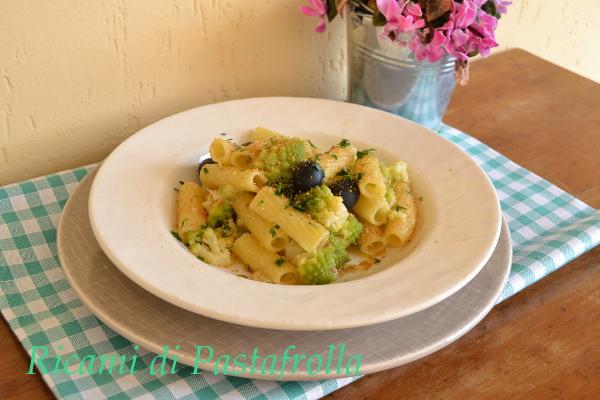 Rigatoni con cavolo romano olive nere e acciughe
