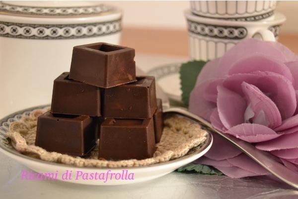 cioccolatini ripieni di cioccolato al latte e granella di nocciole