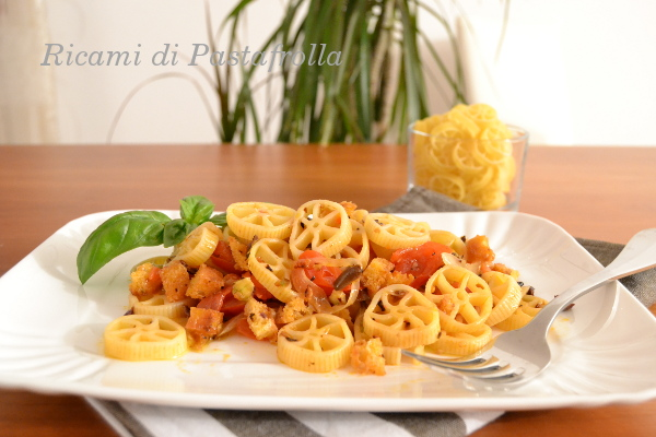 Primi piatti, ruote pomodoro e olive nere