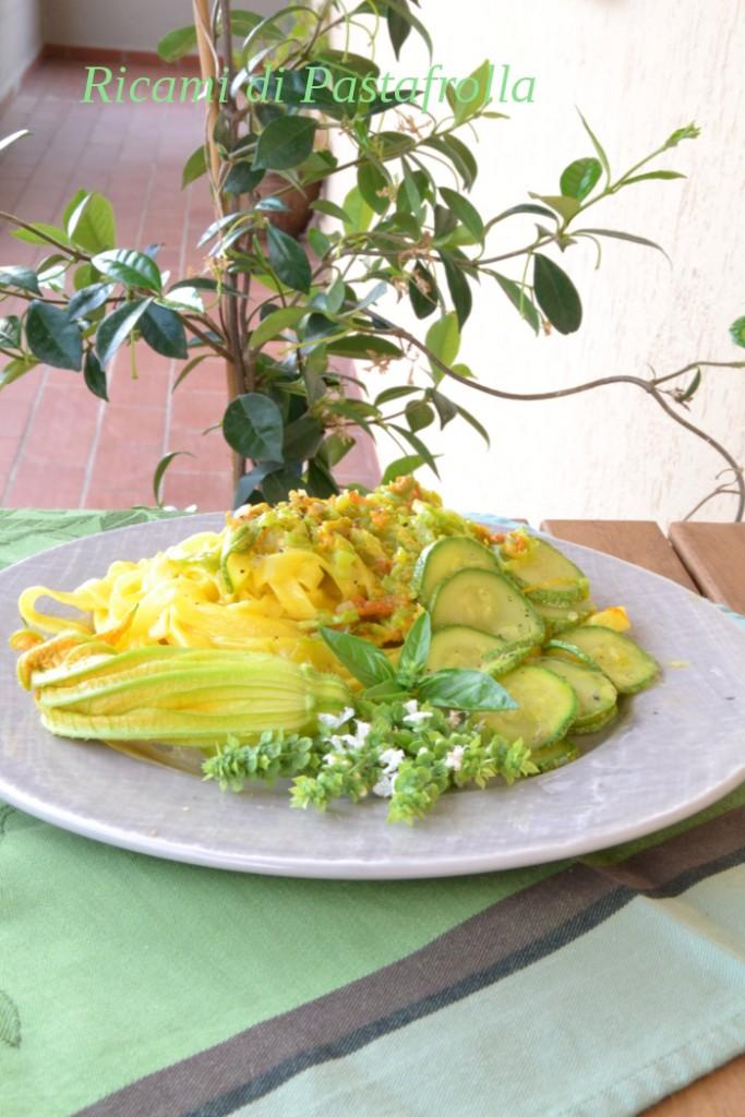 Fettuccine all'uovo con robiola zafferano e fiori di zucca
