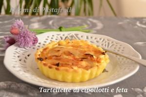 tartellette di pasta briseé con cipollotti e feta