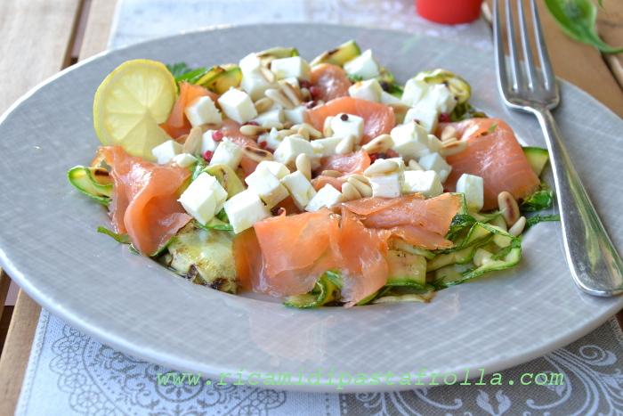 insalata di salmone con zucchine feta e pinoli