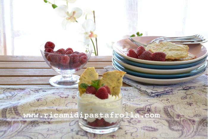mousse, formaggio, lamponi, pistacchio