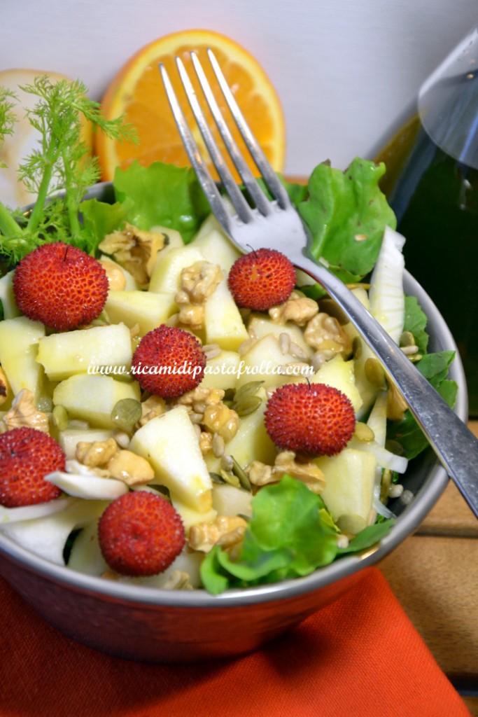 Insalata ricca con frutta mista e emulsione di olio e arancia