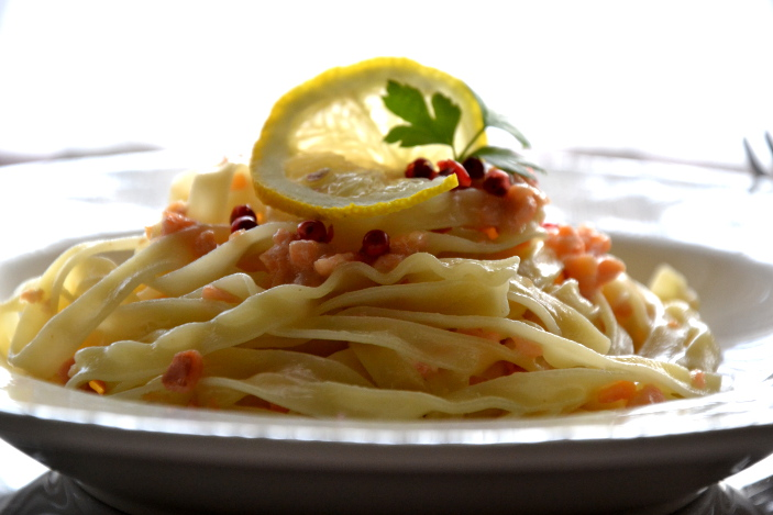 Fettuccine all'uovo con vodka e salmone