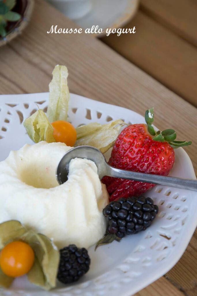 Mousse di yogurt e frutta fresca