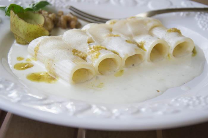 Mezzi rigatoni con crema di pecorino pesto di noci e pere