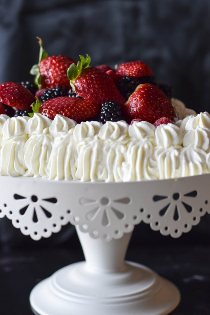 torta a forma di cuore con crema chantilly