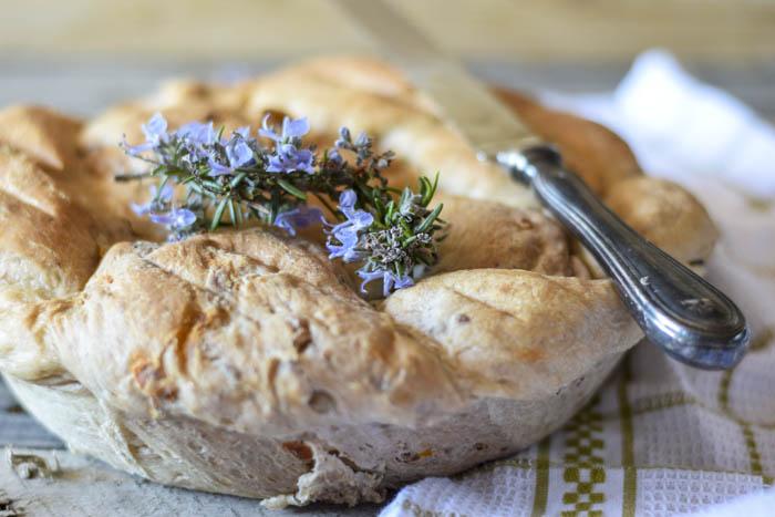pane fatto in casa, pane farcito, pane con pomodori secchi,ricami di pastafrolla,
