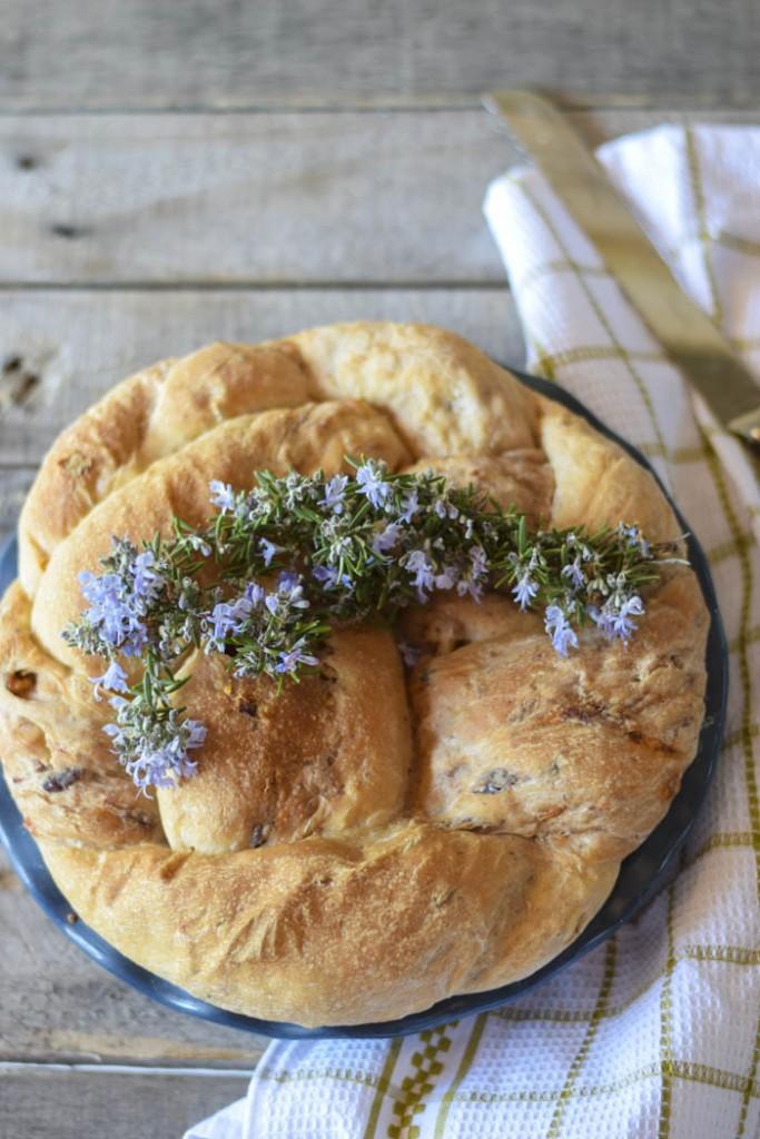 Treccia di pane farcita con pomodori olive e noci