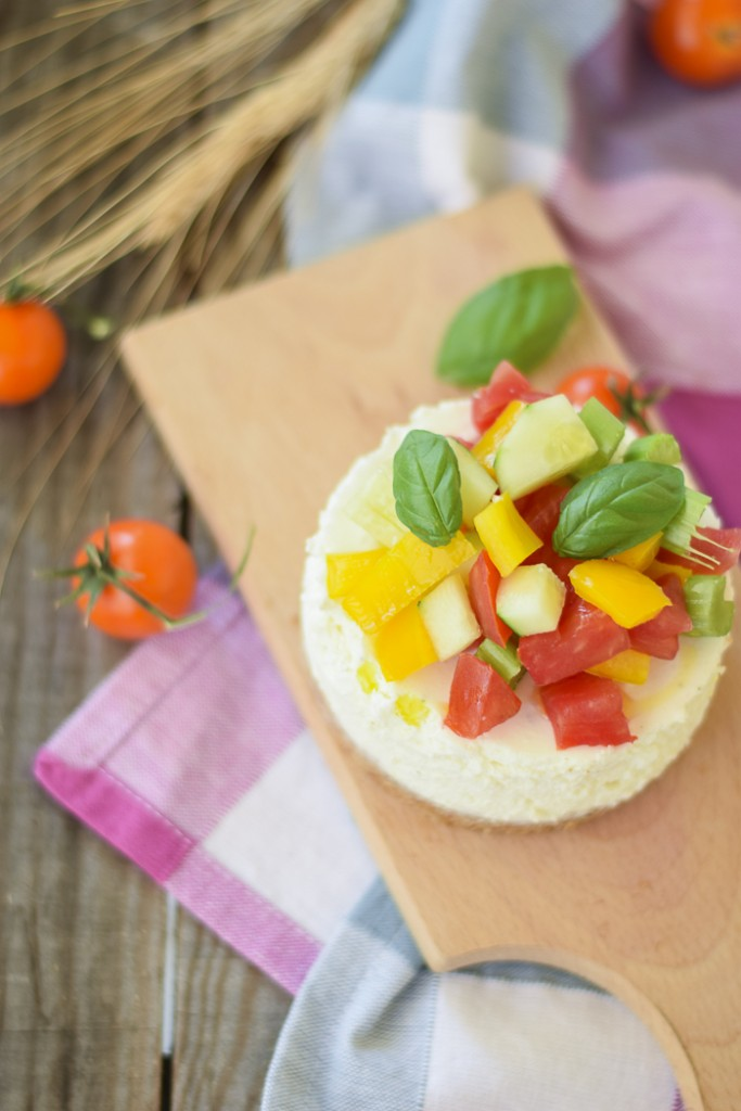 Cheesecake di feta con verdure fresche