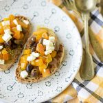 Bruschetta zucca feta e olive