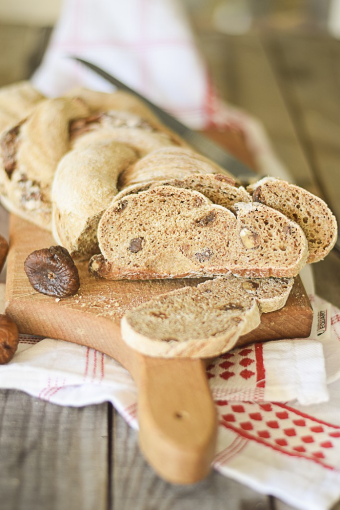 Treccia di pane con fichi e noci