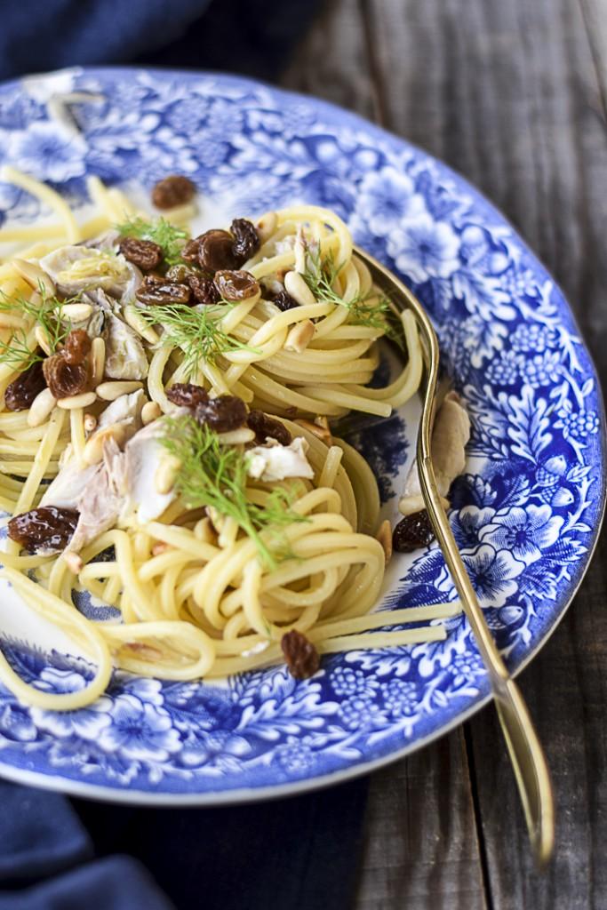 spaghetti allo sgombro con uvetta e pinoli