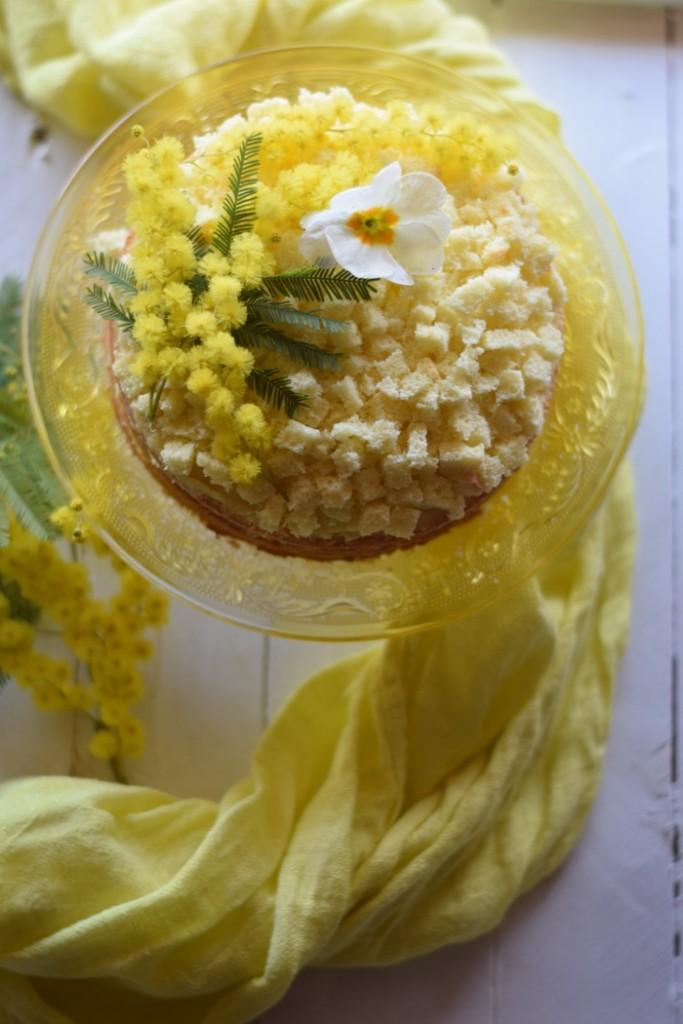 Torta mimosa con crema pasticcera e ananas