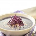 Vellutata di cavolo viola yogurt greco e arachidi