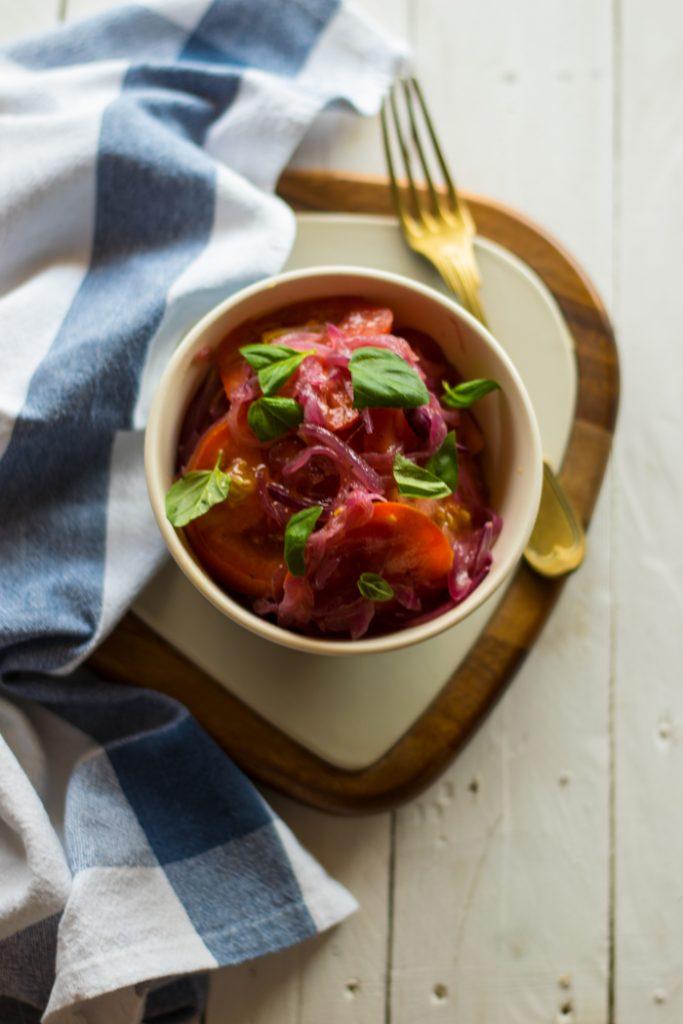Insalata di pomodori e cipolle marinate