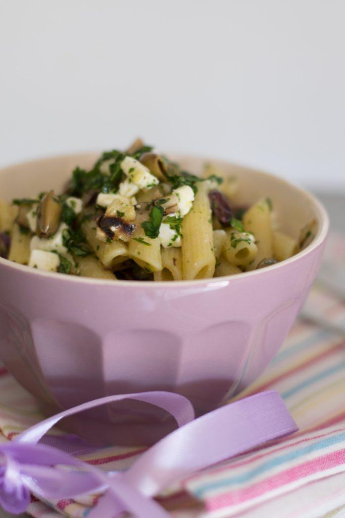 Pasta con melanzane olive e feta
