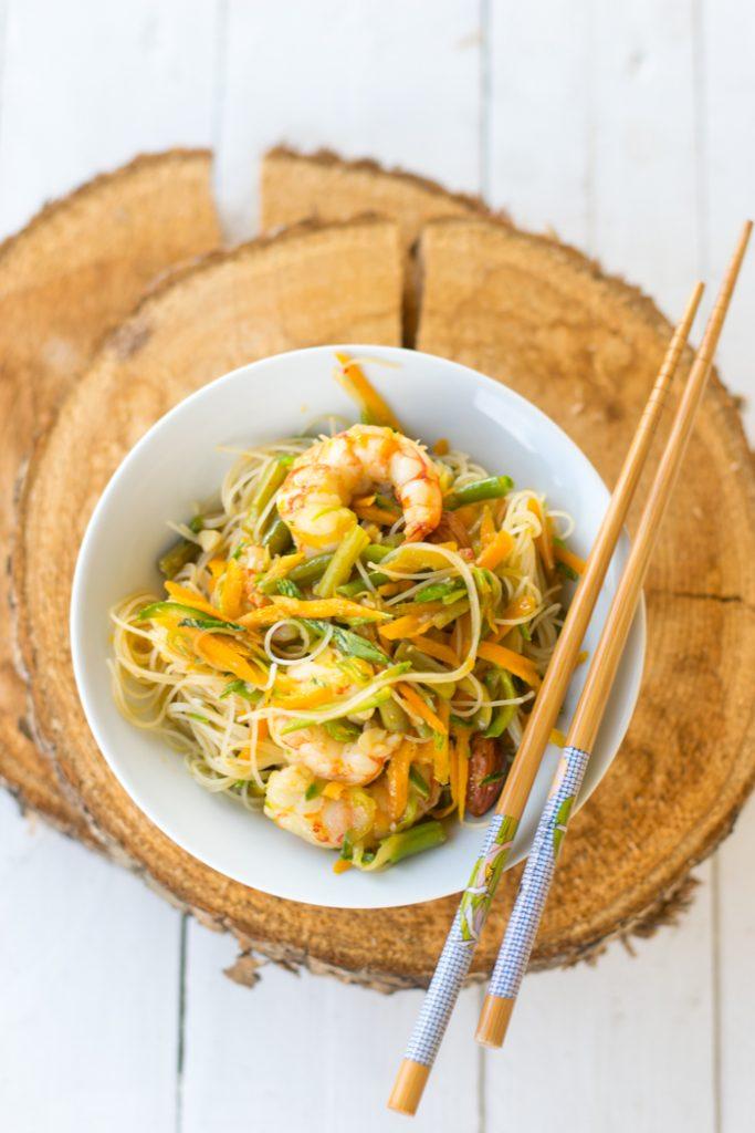 thai food, spaghetti di riso, gamberi, salsa di soia