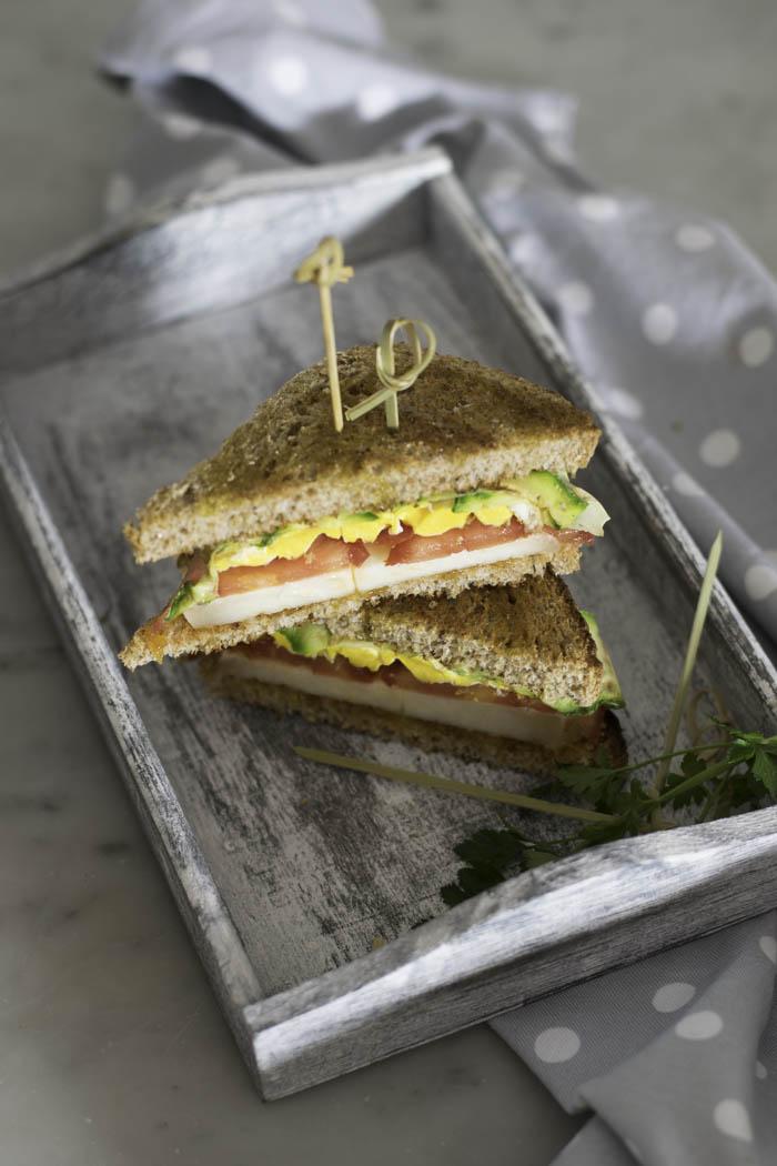 Sandwich farcito uova pomodoro e pecorino