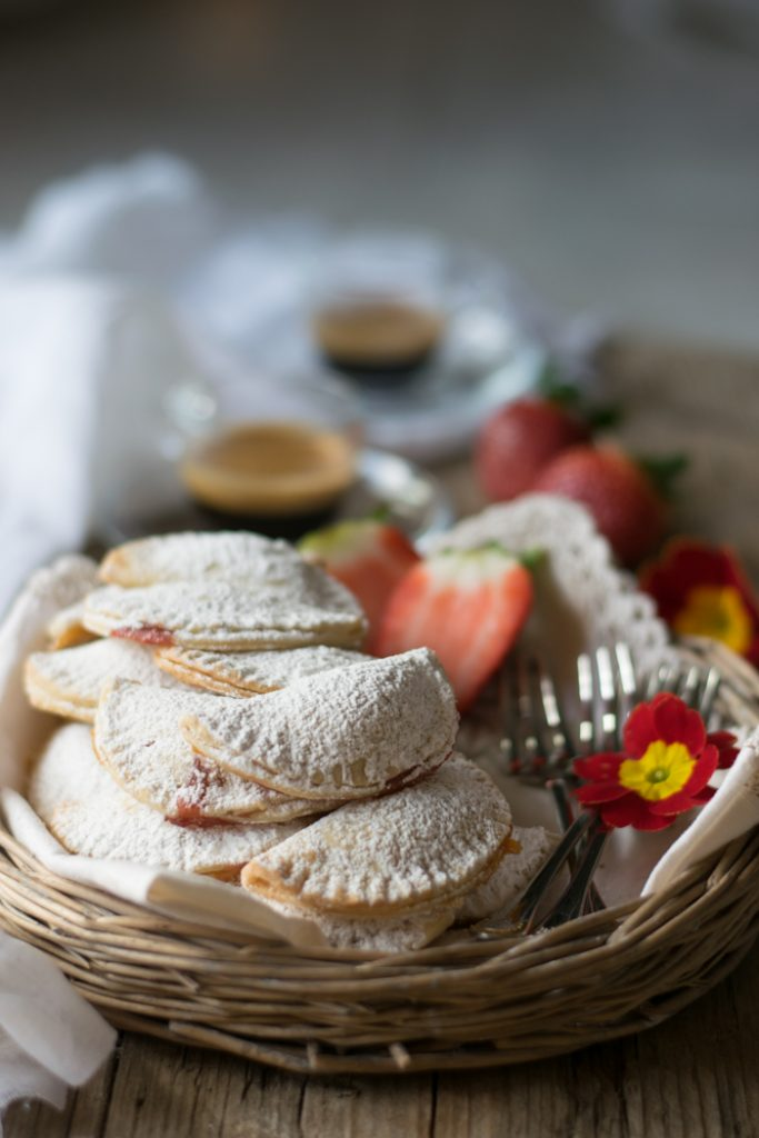 biscotti mezzelune farciti con amrmellata
