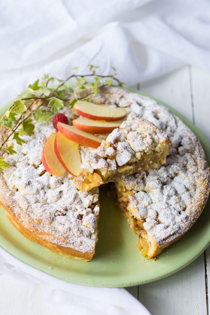 crostata ripiena di mele e frutta secca