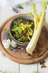 Ricetta del pesto preparato con le foglie di sedano nocciole e uvetta