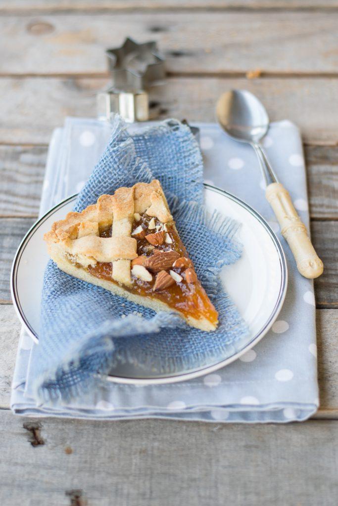 crostata con marmellata di fichi albicocche secche e mandorle