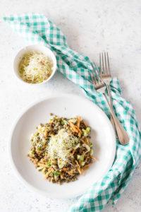 Piatto unico di lenticchie e verdure fresche estive