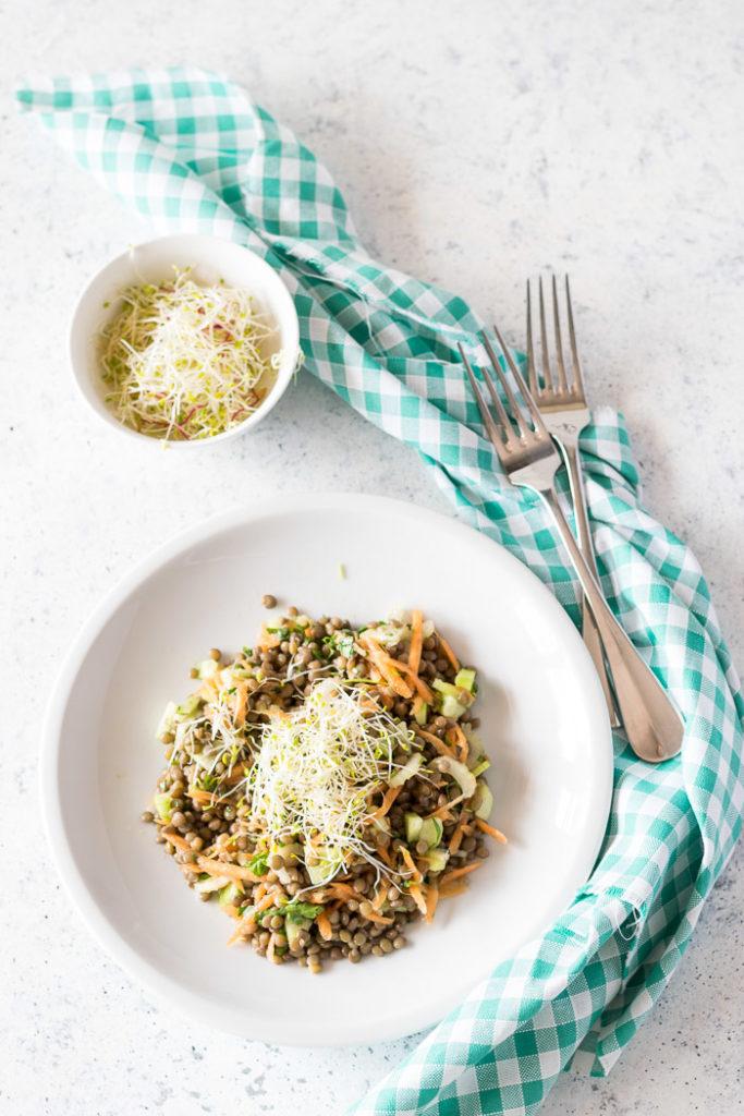 Insalata di lenticchie e verdure fresche