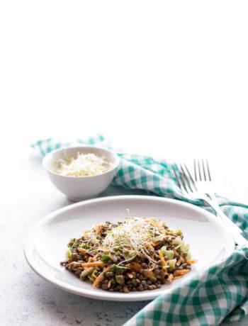 Insalata di lenticchie econ carote sedano e cetriolo, profumata con il basilico.
