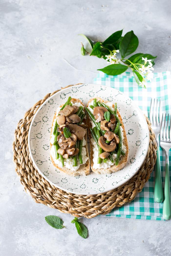 Bruschetta di fagiolini verdi con funghi e ricotta per una antipasto veolce e saporito