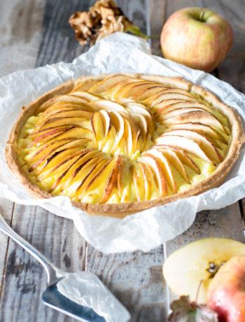 Crostata alla crema passticcera e ricotta guarnita con spicchi di mela
